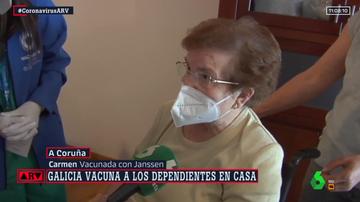 Carmen, primera vacunada con Janssen en A Coruña