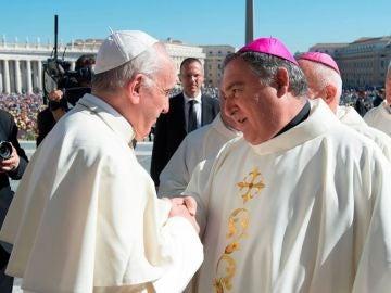 El obispo de Canarias, José Mazuelos, junto al Papa Francisco en una foto de archivo.