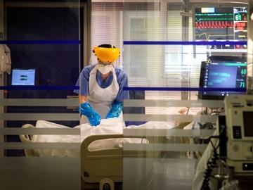 Una sanitaria atiende a un paciente en la Unidad de Cuidados Intensivos de Coronavirus del Hospital de Galdakao (Bizkaia).