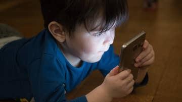 Un niño mirando el móvil