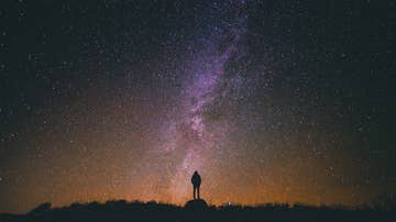 Mujer mira a un cielo estrellado