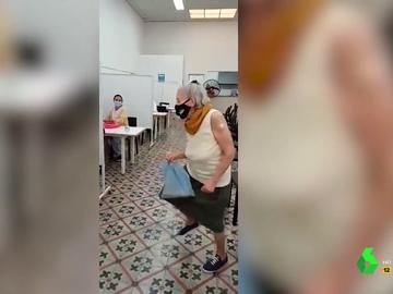 El 'subidón' a modo de baile frenético de una señora al vacunarse