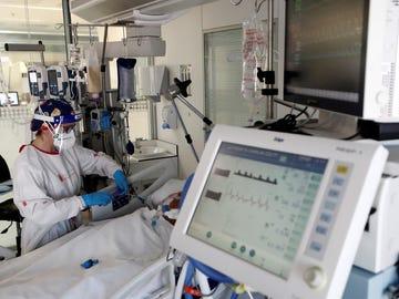 Una sanitaria atiende a un paciente en una UCI en Navarra