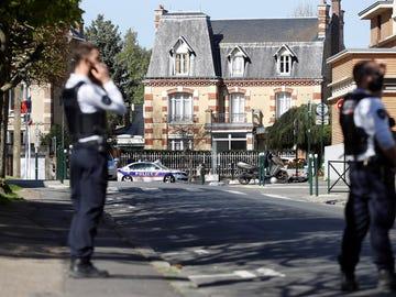 La Fiscalía Antiterrorista de Francia investiga el asesinato de una agente de Policía en una comisaría cerca de París