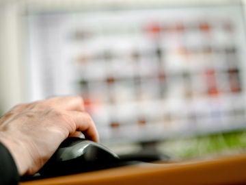 Imagen de archivo de una persona manejando un ordenador