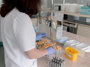 Imagen de una mujer en un laboratorio