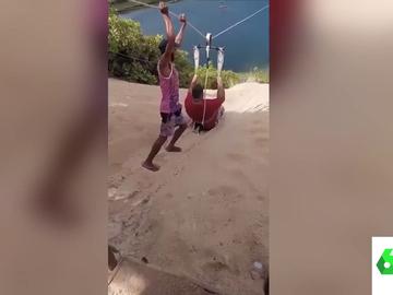 El divertido vídeo viral en el que un hombre se queda atascado en plena tirolina