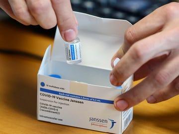Noticias de la mañana (23-04-21) La vacuna de Janssen puede hacer que lleguemos a los 5 millones de inmunizados en mayo en España
