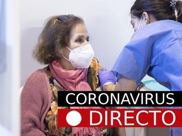 Imagen de una mujer recibiendo la vacuna contra el coronavirus