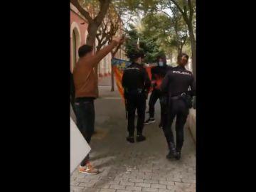 Gabriel Rufián se enfrenta a un grupo de fascistas en Denia