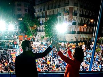 Isabel Díaz Ayuso acompañada por el presidente del partido Pablo Casado, hoy martes en la sede del partido en la calle Génova tras conocer los resultados electorales tras los comicios autonómicos madrileños