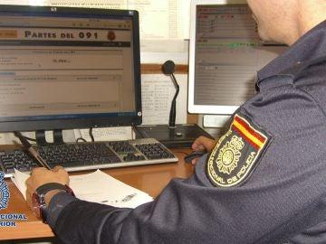 Imagen de archivo de un Policía con su ordenador