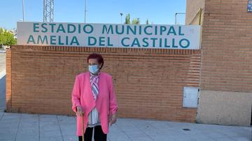 Emilia del Castillo, en la entrada del estadio del Atlético de Pinto que lleva su nombre
