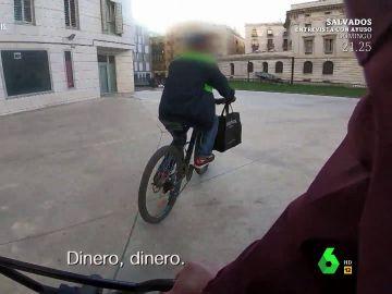 Imagen de un ladrón con una bicicleta