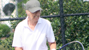 Gail Falkenberg, de 74 años de edad, jugando un partido profesional de tenis