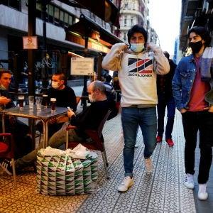 Varias personas transitan las calles de Bilbao