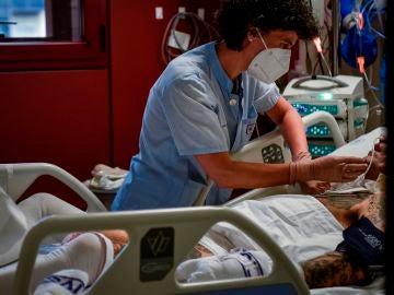 Una sanitaria atiende a un paciente de la UCI del Hospital de Basurto (Bilbao)