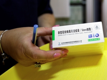 Una sanitaria sostiene la vacuna china Sinopharm contra el coronavirus