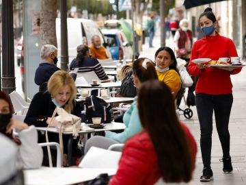 Varias personas en la terraza de un bar, en Alcantarilla, Murcia