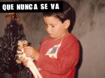 Imagen de Roy Galán de pequeño con una muñeca