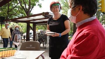 Clientes en una terraza de Zaragoza