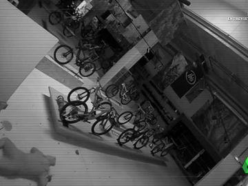 Imagen de un ladrón entrando en una tienda de bicicletas