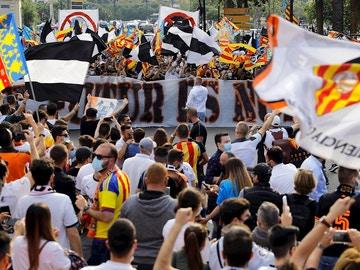 Aficionados del Valencia protestan contra Peter Lim