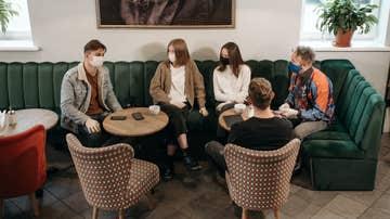 Un grupo de jóvenes con mascarilla (Archivo)