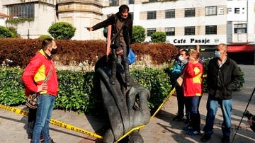 Indígenas de la comunidad Misak derriban una estatua de Gonzalo Jiménez de Quesada, fundador de Bogotá