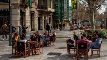 Personas sentadas en una terraza del centro de Barcelona