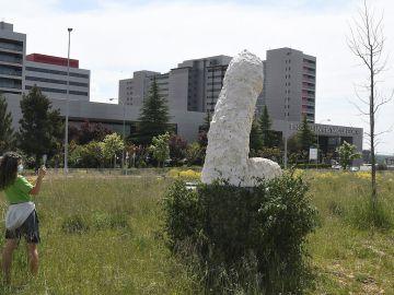 Gran escultura de arte urbano de simbología fálica en León