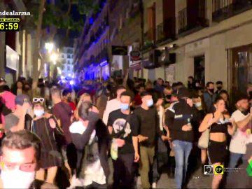 Calle abarrotada de jóvenes en Madrid