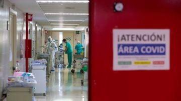 Imagen de sanitarios en el área COVID de un hospital