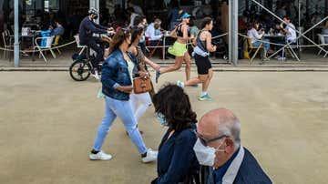 Varias personas pasean por la Barceloneta
