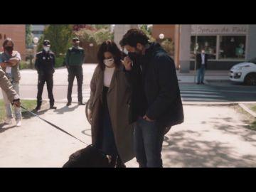 """Así es el momento en el que Gonzo se encuentra con Ayuso en plena calle y conoce a su perro: """"Por fin te veo"""""""