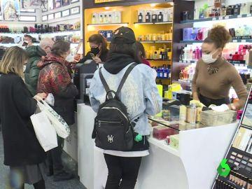 Imagen de personas comprando en una tienda