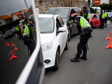 Agentes de la Policía Nacional realizan un control