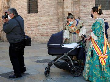 Falleras con mascarilla en Valencia
