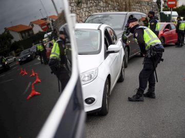 Agentes de la Policía Nacional realizan un control en Cantabria durante el estado de alarma