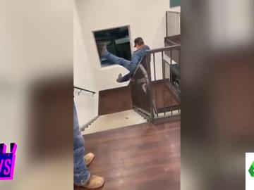 El peligroso intento de un hombre de deslizarse por la barandilla: cae por el hueco de las escaleras y aparece un piso más abajo