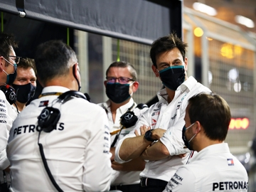 Ingenieros de Mercedes junto a Toto Wolff en el test de Baréin