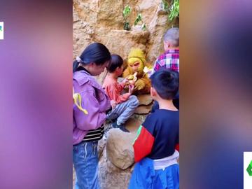 Dar de comer plátanos al Rey Mono atrapado en la montaña: la curiosa atracción de un parque temático en China