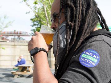 Un hombre toma una cerveza tras haberse vacunado en EEUU